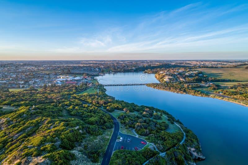 Hopkins-Fluss und Warrnambool-Stadt lizenzfreie stockbilder