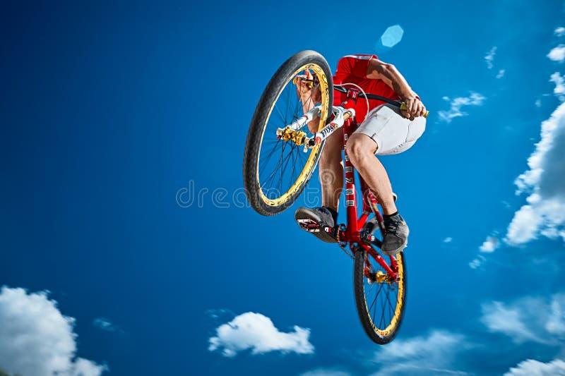 Hopp i himmel på en mountainbike royaltyfri foto