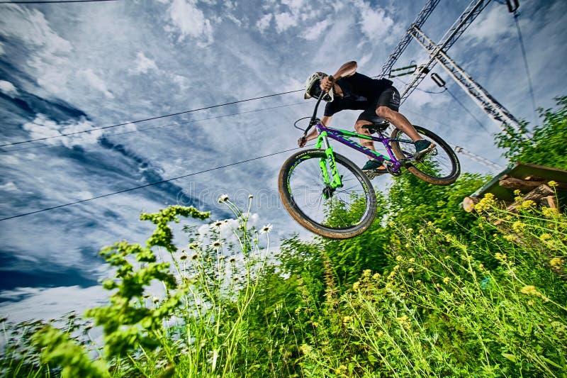 Hopp på en mountainbike arkivfoton