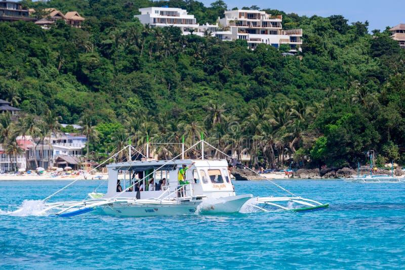 Hoppa dykfartyg med den vita stranden från vattnet arkivbild