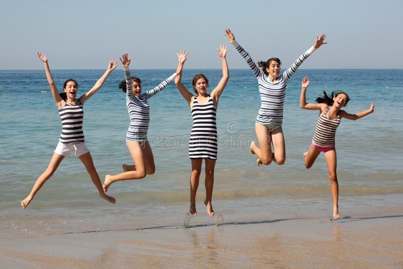 hoppa för fem flickor fotografering för bildbyråer