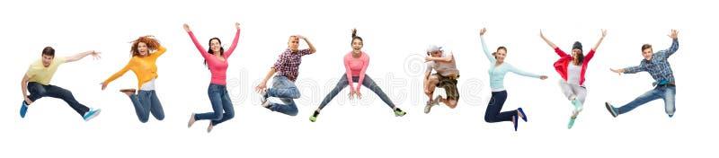 Hoppa för grupp människor eller för tonåringar royaltyfri bild