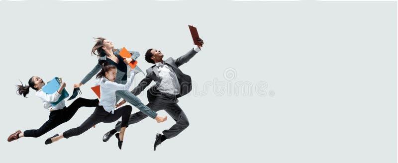 Hoppa för kontorsarbetare som isoleras på studiobakgrund arkivfoto