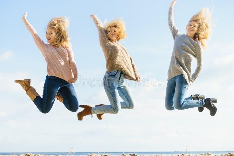 Hoppa för tre kvinnor royaltyfri fotografi
