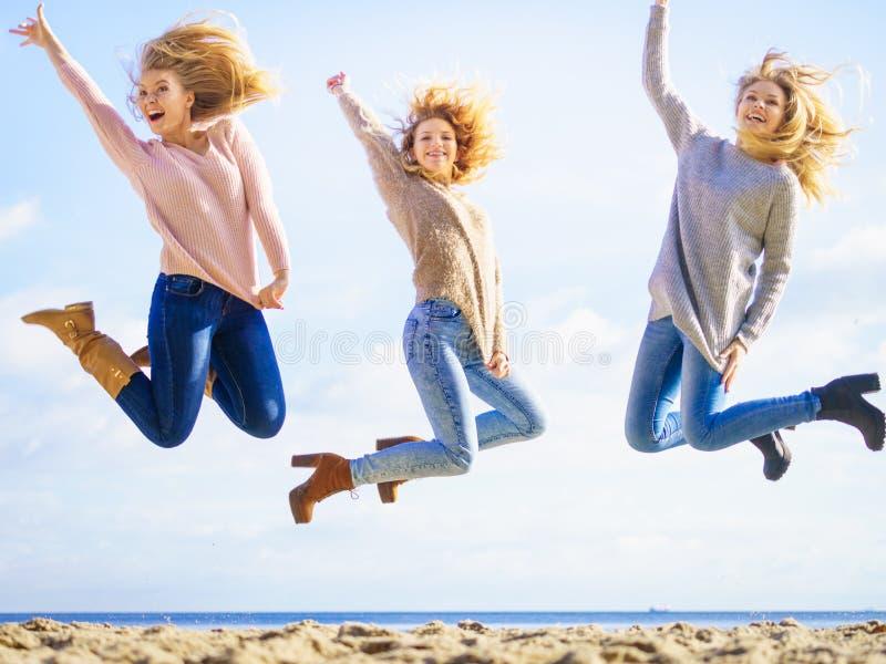 Hoppa för tre kvinnor arkivbild