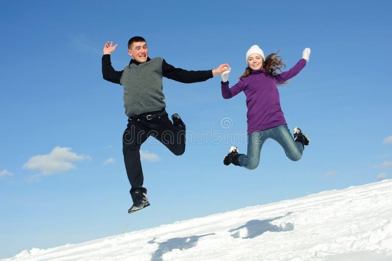 Hoppa för två tonåringar royaltyfri bild