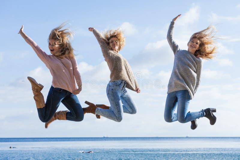 Hoppa f?r tre kvinnor arkivfoton