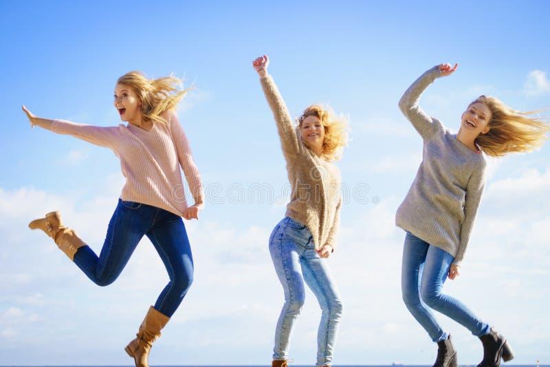 Hoppa f?r tre kvinnor arkivbild