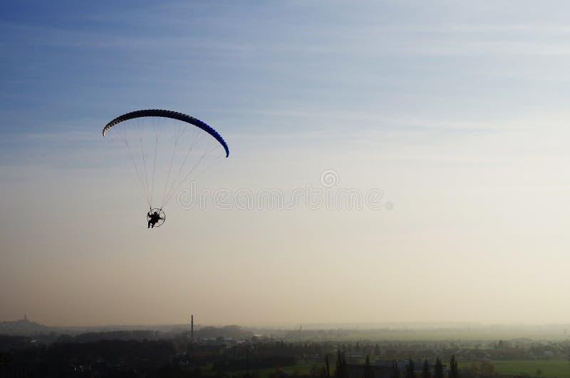 Hoppa fallskärm royaltyfria foton