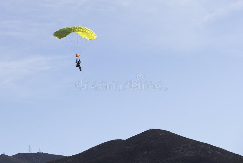 Hoppa fallskärm förkläderetur till jord royaltyfri foto