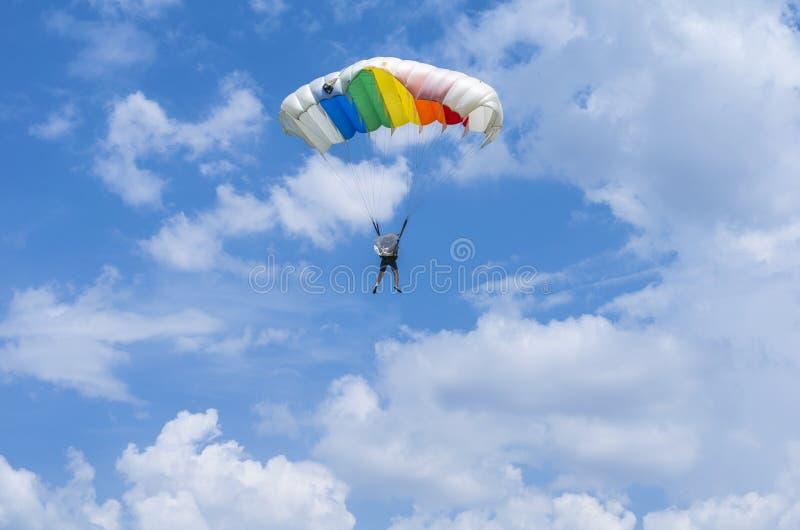 Hoppa fallskärm förklädet i luften arkivbild