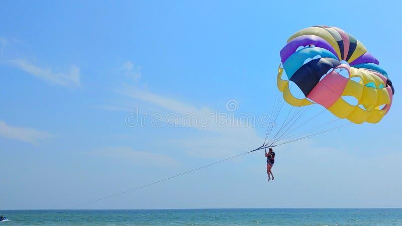 Hoppa fallskärm havet royaltyfria bilder