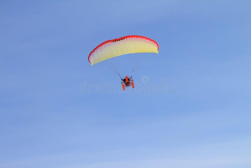 Hoppa fallskärm i himlen arkivfoton