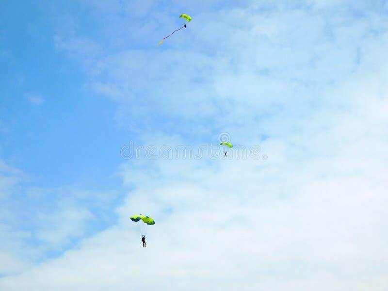 Hoppa fallskärm i himlen royaltyfria bilder