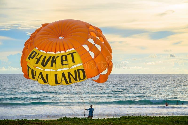 Hoppa fallskärm med en inskrift Phuket Thailand på kusten i aftonen royaltyfri foto