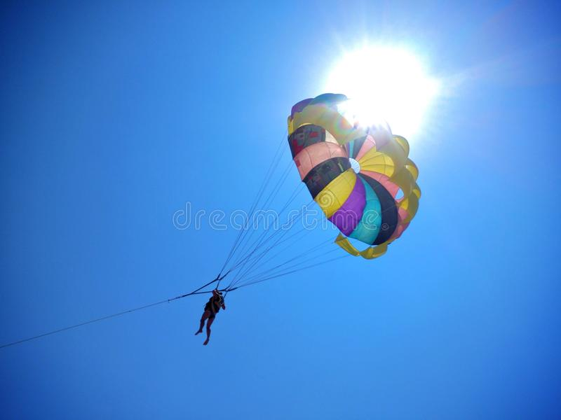 hoppa fallskärm sunen arkivfoton
