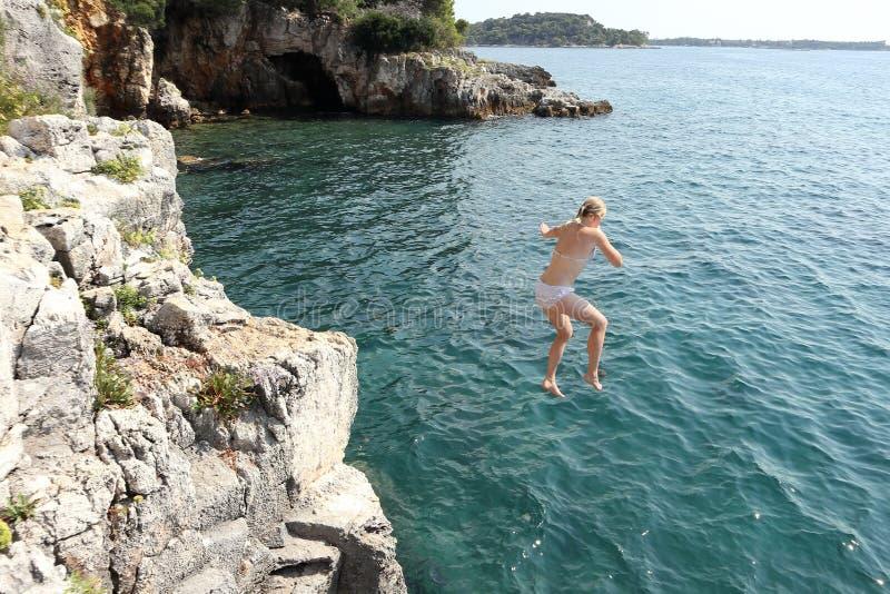 Hoppa i havet royaltyfri foto