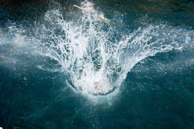 Hoppa in i havet arkivbild