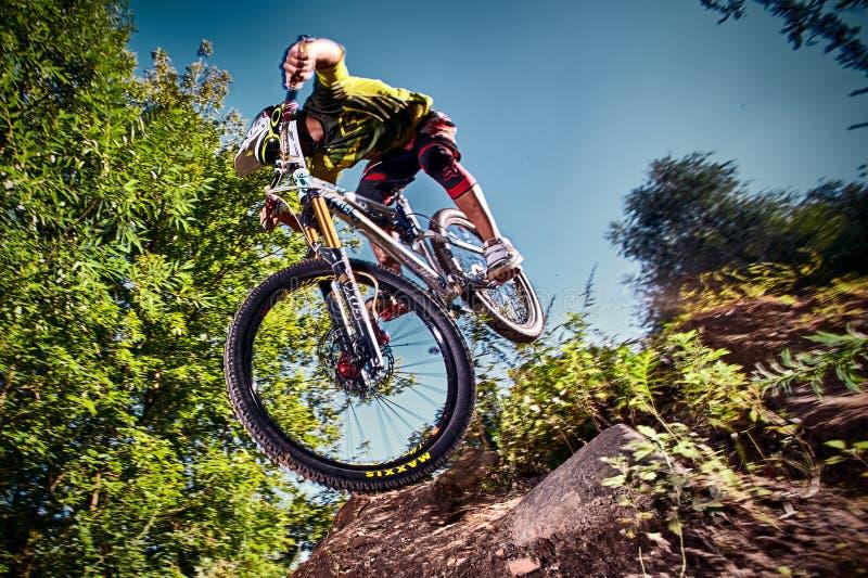 Hoppa och flyga på en mountainbike i utomhus- royaltyfria foton