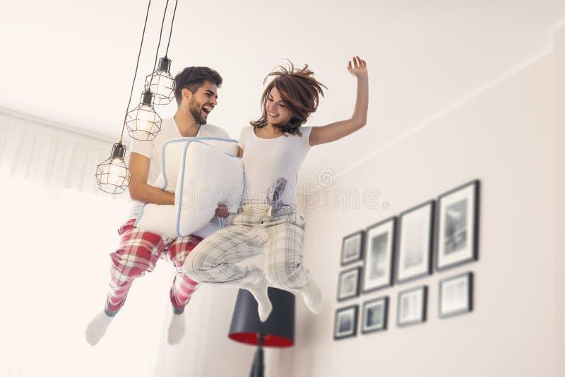 Hoppa på säng fotografering för bildbyråer