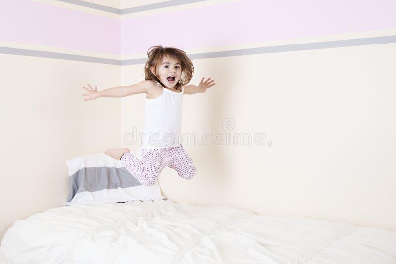 Hoppa på sängen royaltyfria foton