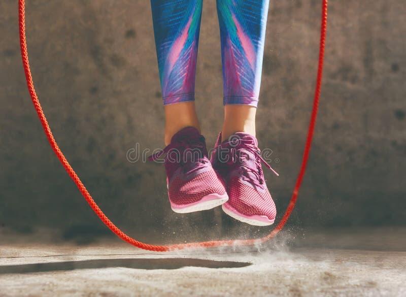 hoppande over kvinna för rep arkivfoto