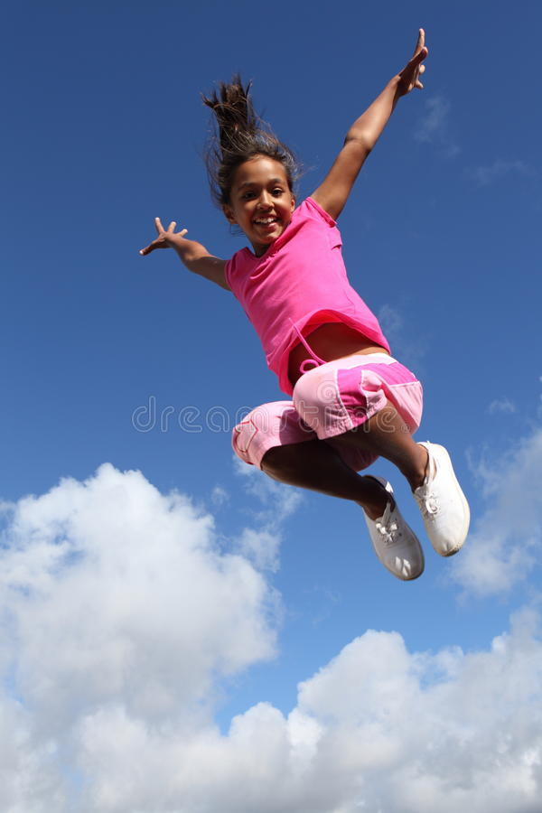 hoppar stor lycklig glädje för flickan framgångsbarn royaltyfria bilder