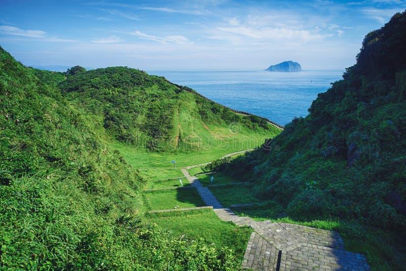 Hoppdalen och den Keelung holmen från kust- Badouzi parkerar i det Zhongzheng området, Keelung, Taiwan royaltyfri fotografi