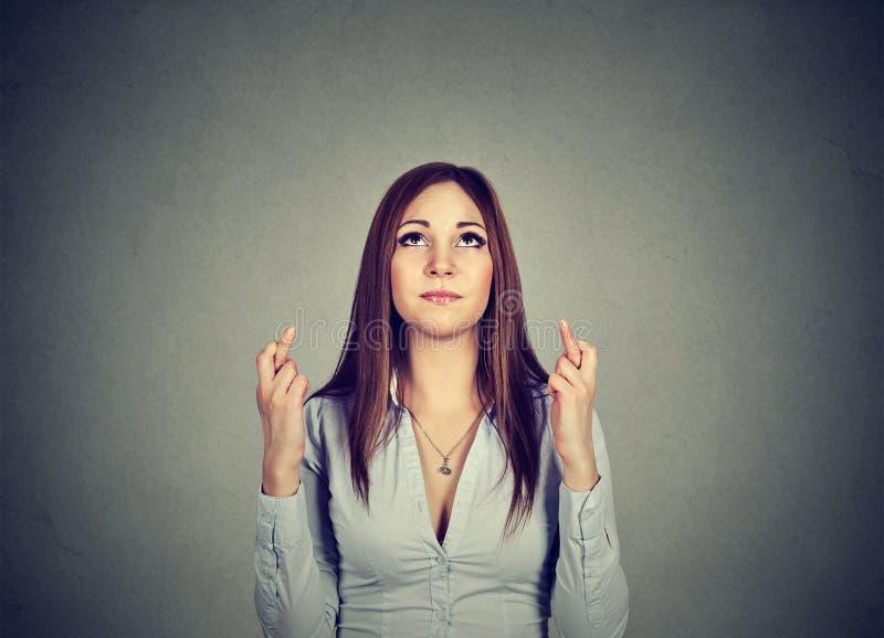 Hoppfull kvinna som korsar henne fingrar arkivfoto