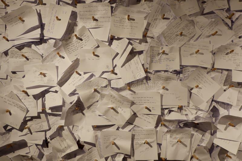 hoppfulla skrivande stolpar för påminnelser av life& x27; s-avsikt arkivbilder