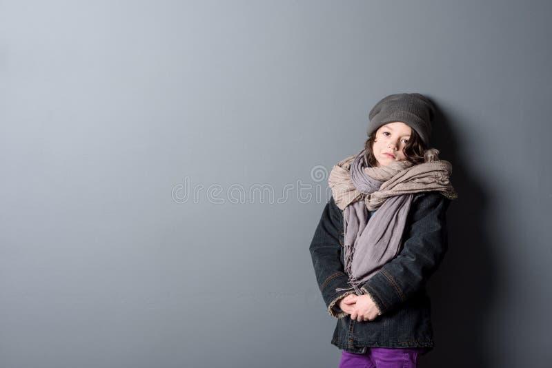 Hopplös flicka som bär sjaskig kläder royaltyfria foton