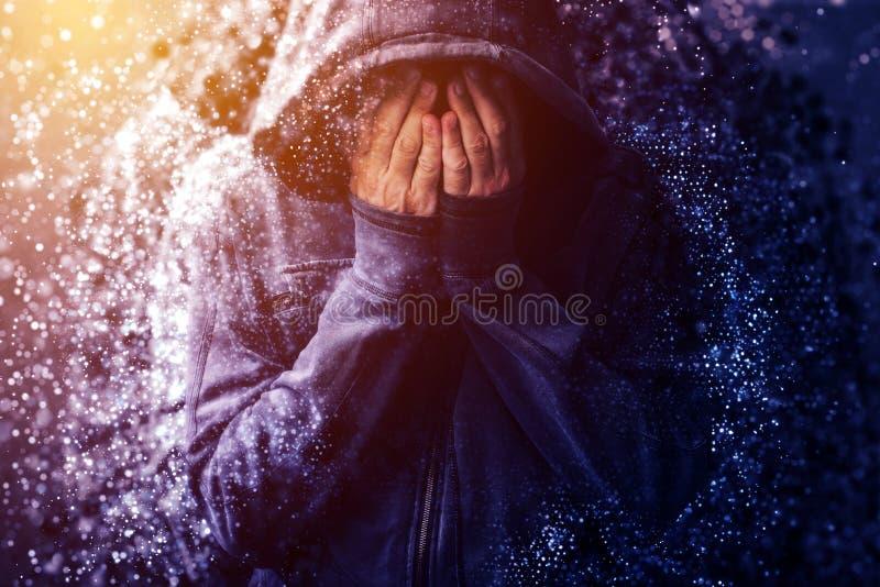 Hopplös knarkareperson som gråter och upplöser royaltyfria foton