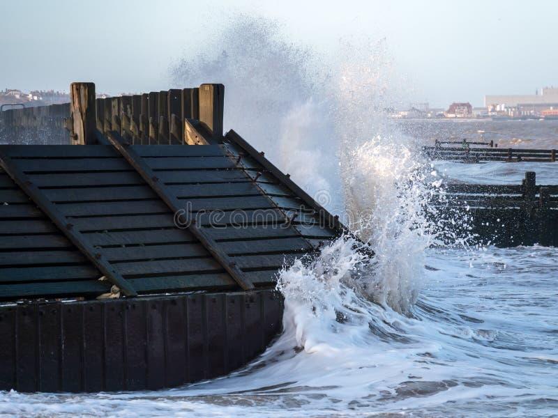 HOPTON-ON-SEA NORFOLK UK MARZEC 2014 - Denni defences bierze batt obraz stock