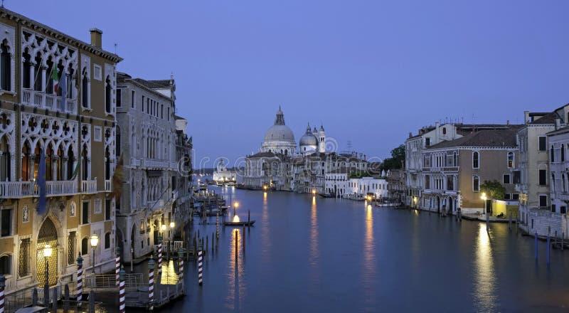 Hora azul Canale grande, visión desde el puente de la academia foto de archivo libre de regalías