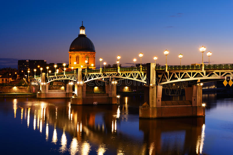 Hora azul en el puente de Toulouse, Toulouse, Francia imagenes de archivo