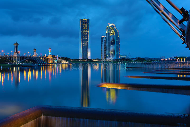 Hora azul en la presa de Putrajaya imagenes de archivo