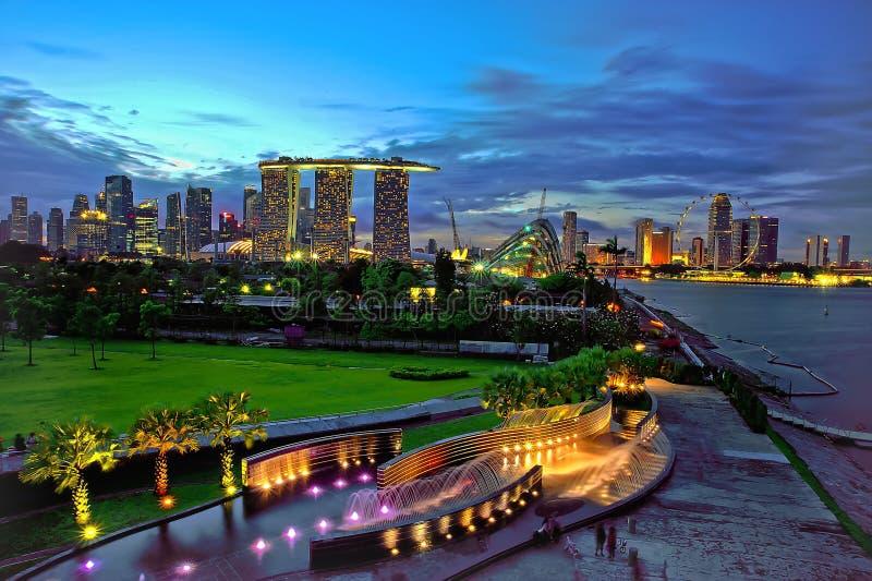 Hora azul en la presa del puerto deportivo de Singapur imagen de archivo libre de regalías