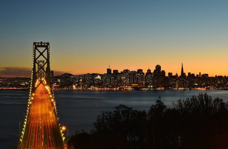 Hora azul na cidade, sobre a ponte fotografia de stock