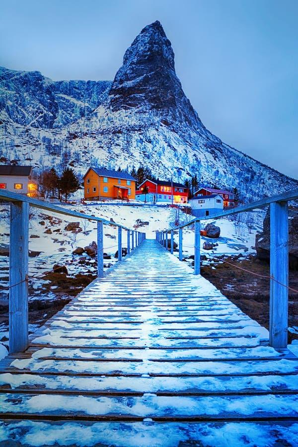 Hora azul Paisagem bonita do inverno com o rorbu norueguês tradicional das cabanas da pesca imagens de stock