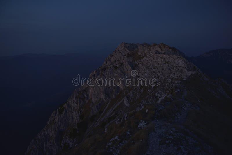 Hora azul sobre a serra Paisagem madrugada do Mystic foto de stock royalty free