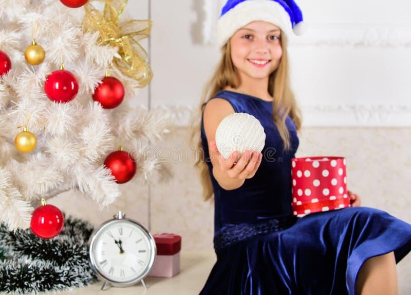 Hora de abrir los regalos de la Navidad Concepto de la Feliz Año Nuevo La muchacha del niño se sienta cerca de la caja de regalo  fotos de archivo