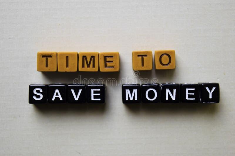 Hora de ahorrar el dinero en bloques de madera Concepto del negocio y de la inspiraci?n imagen de archivo libre de regalías
