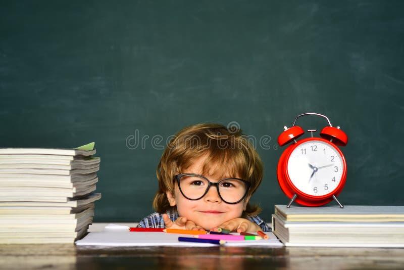 Hora de aprender o conceito Aprendendo o conceito Processo educacional Crian?as que est?o atrasadas para a li??o fotos de stock royalty free