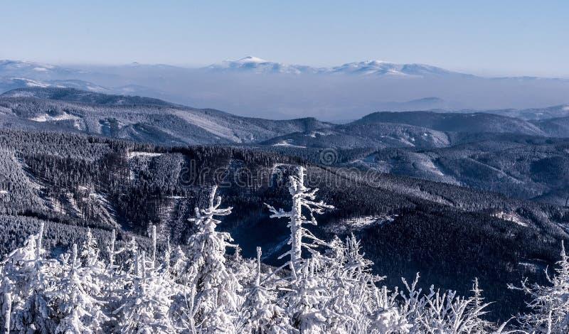 Hora de Babia y colinas de Pilsko de la colina del hora de Lysa en las montañas de Moravskoslezske Beskydy del invierno en Repúbl imágenes de archivo libres de regalías