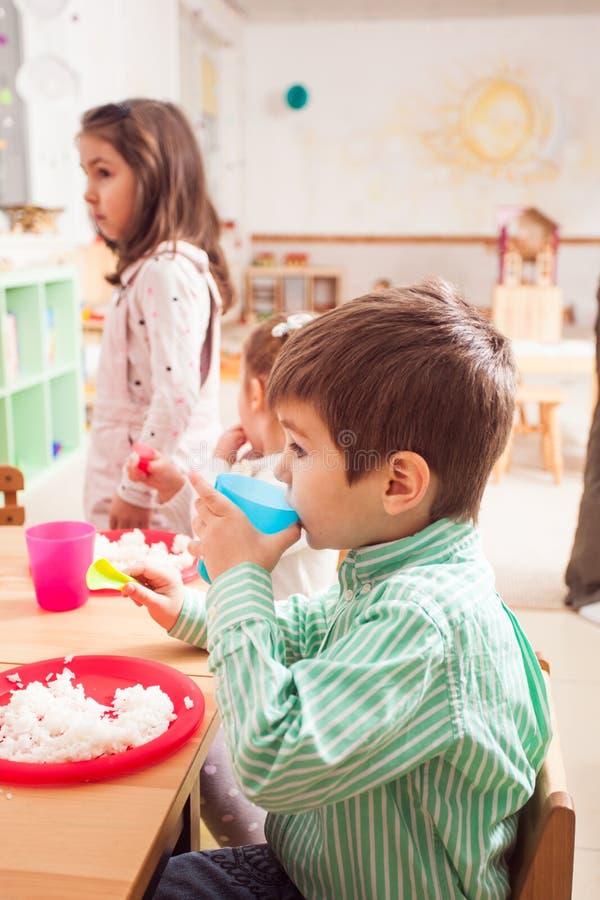 Hora de comer no jardim de infância foto de stock royalty free
