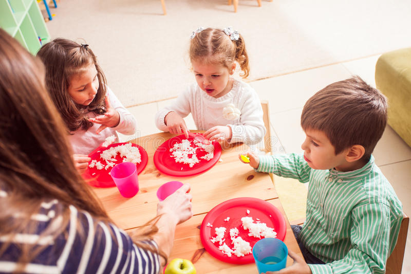 Hora de comer no jardim de infância imagens de stock royalty free
