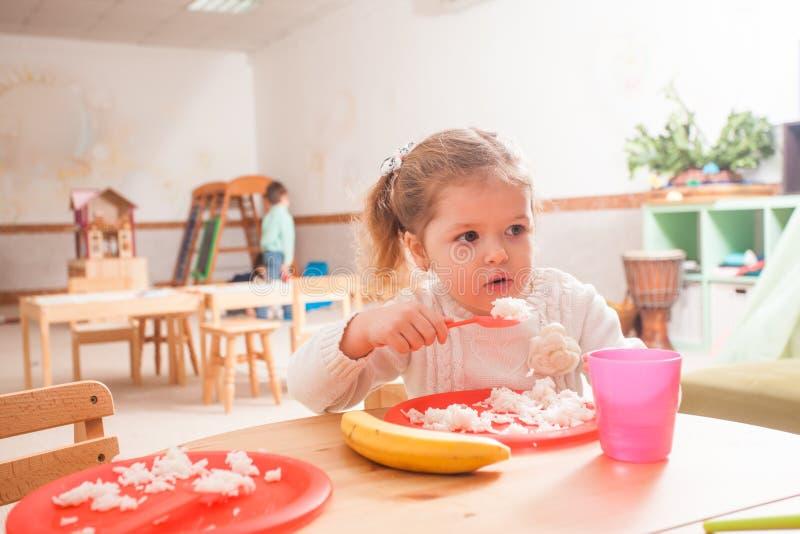Hora de comer no jardim de infância imagem de stock