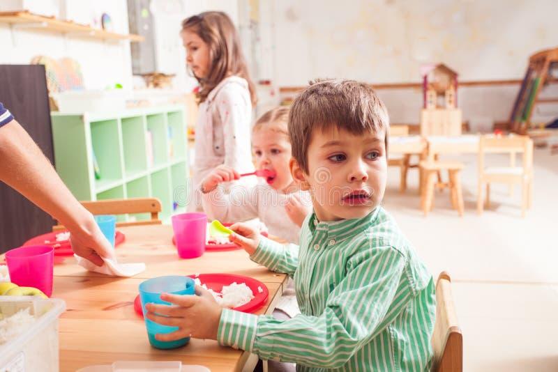 Hora de comer no jardim de infância fotos de stock royalty free