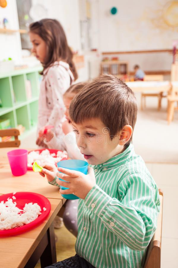 Hora de comer no jardim de infância fotos de stock