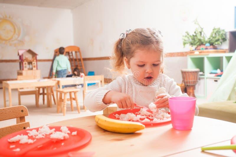 Hora de comer no jardim de infância fotografia de stock royalty free